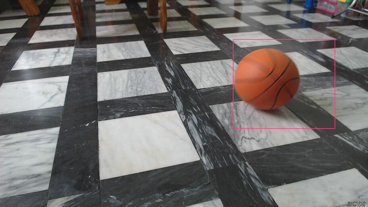 一颗篮球从镜头前滚过去的测试照片